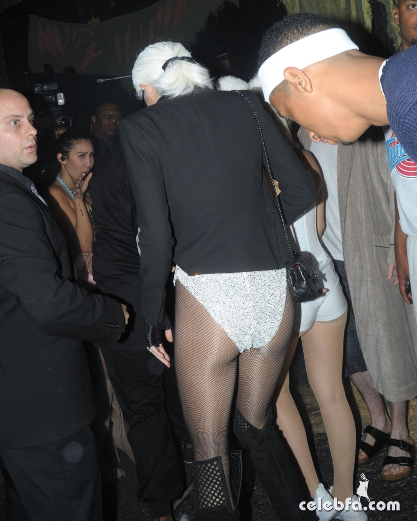kendall-jenner-at-a-halloween-party-at-boosty-bellows-in-west-hollywood (2)