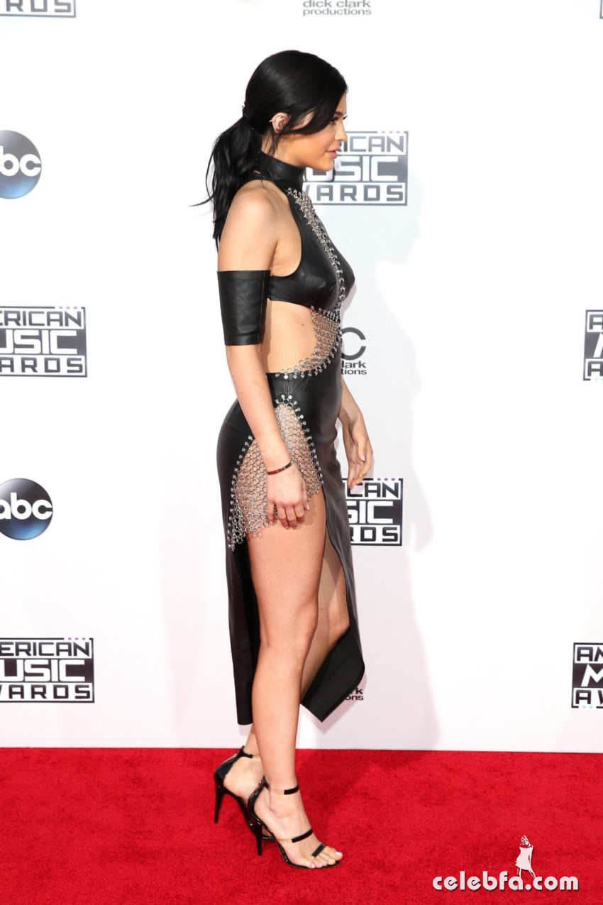 kylie-jenner-at-2015-american-music-awards-in-los-angeles (3)