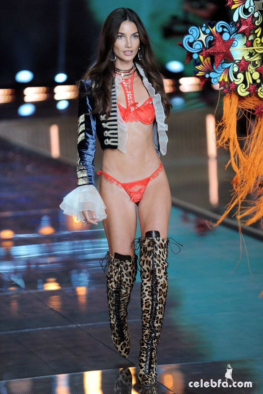 lily-aldridge-at-victoria-s-secret-2015-fashion-show (4)