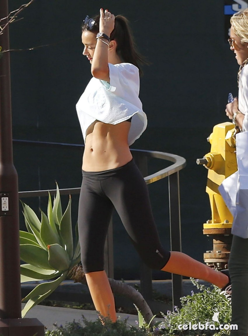miranda-kerr-leaves-a-yoga-class-in-malibu (1)
