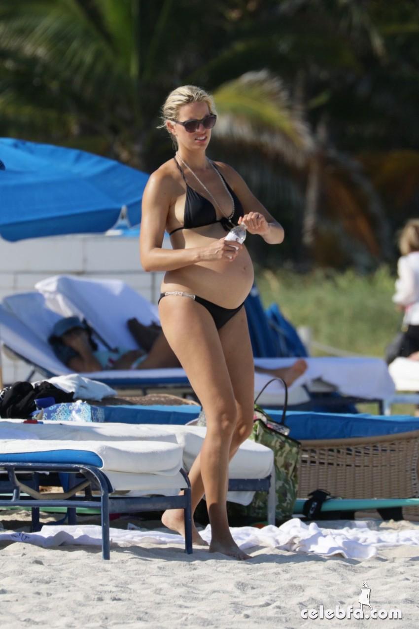pregnant-karolina-kurkova-in-bikini-at-a-beach-in-miami (1)