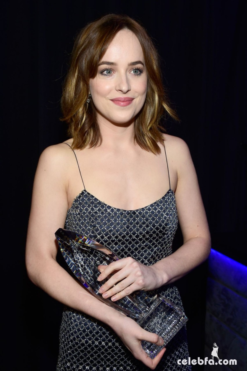 dakota-johnson-at-2016-people-s-choice-awards-in-los-angeles-01-06-2016_10