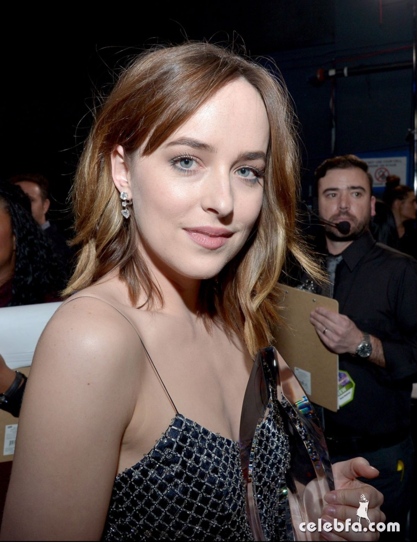dakota-johnson-at-2016-people-s-choice-awards-in-los-angeles-01-06-2016_14