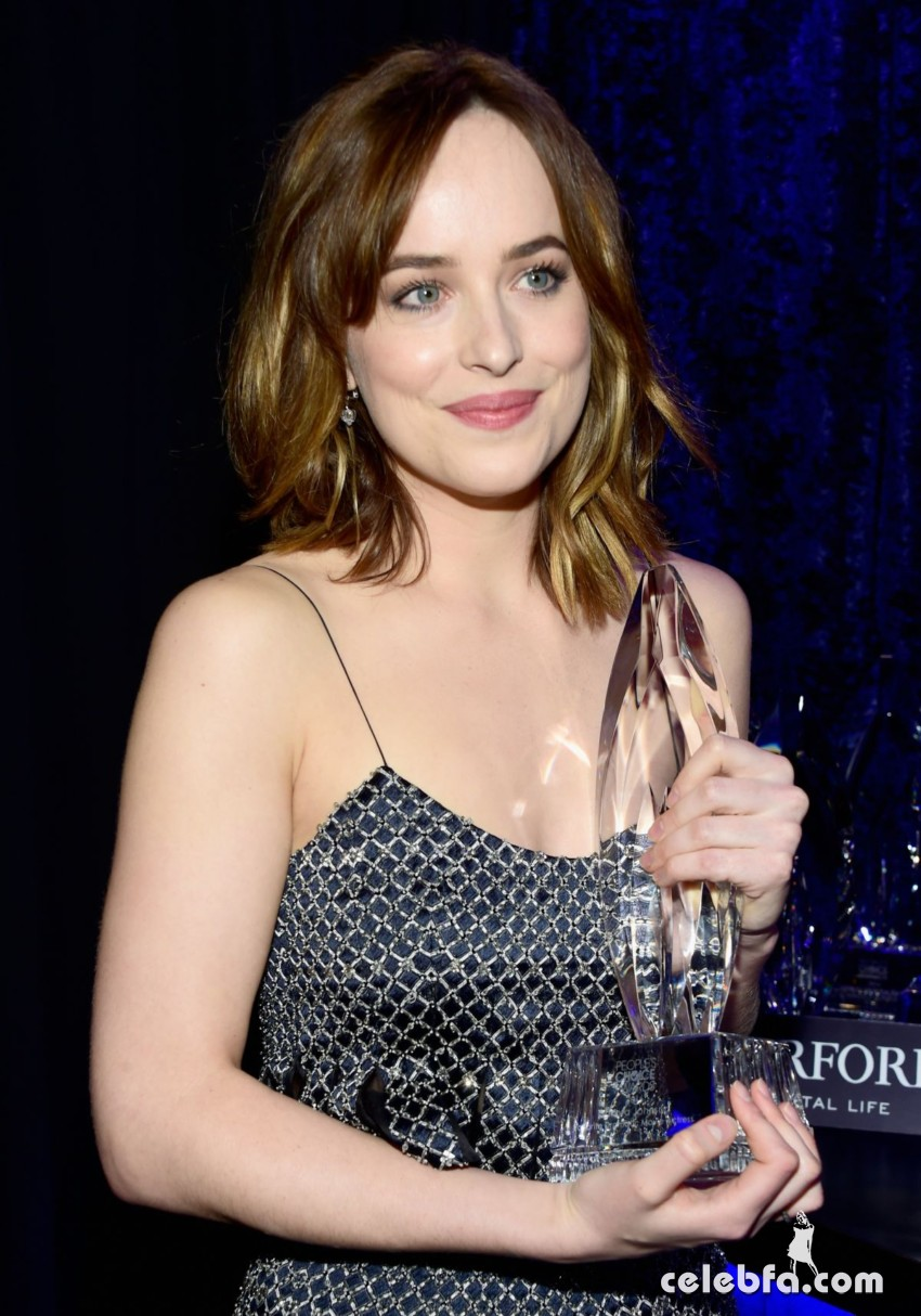 dakota-johnson-at-2016-people-s-choice-awards-in-los-angeles-01-06-2016_6