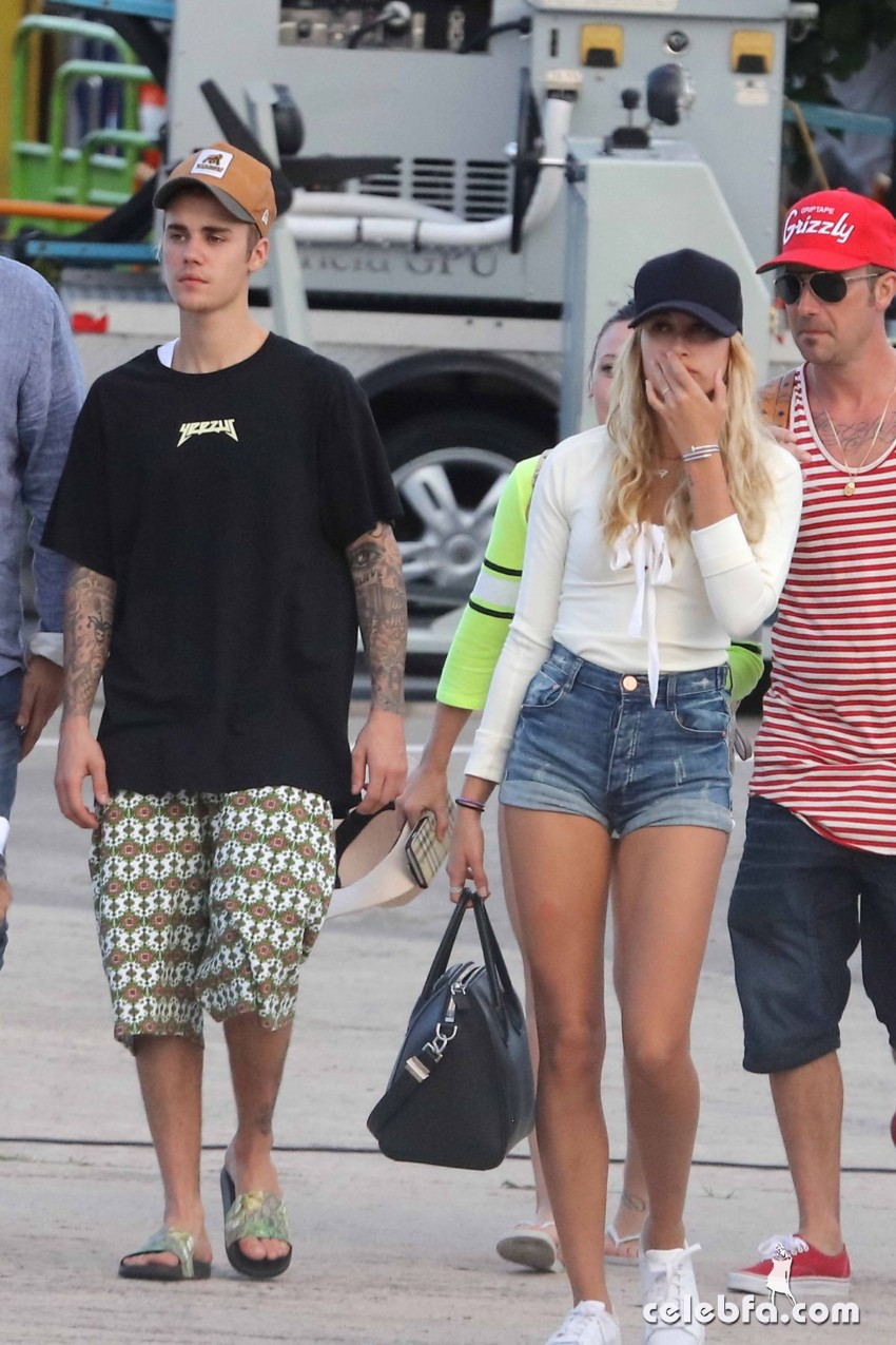 hailey-baldwin-boarding-at-a-private-jet-in-st (4)
