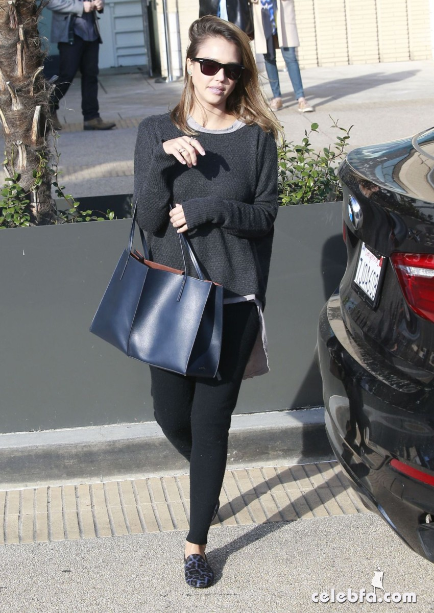 jessica-alba-out-and-about-in-beverly-hills (1)