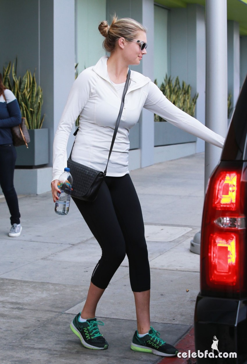 kate-upton-in-leggings-out-in-beverly-hills (3)