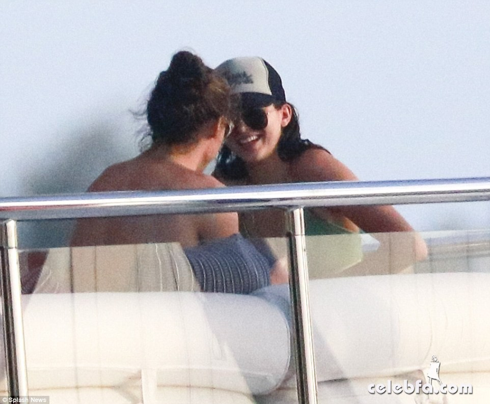 kendall-jenner-harry-styles-yacht-new-years (10)
