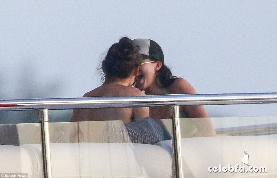kendall-jenner-harry-styles-yacht-new-years (16)