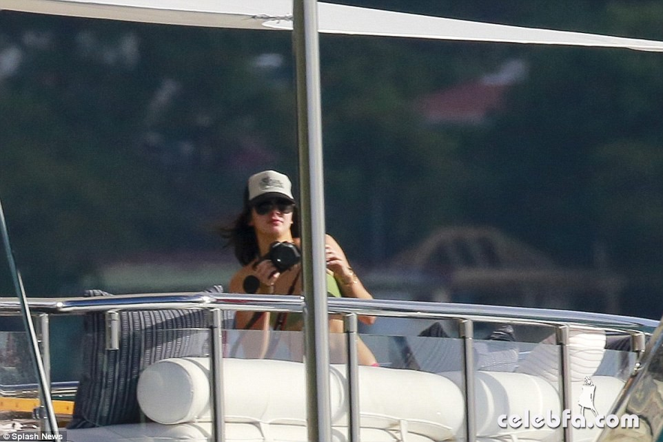 kendall-jenner-harry-styles-yacht-new-years (23)