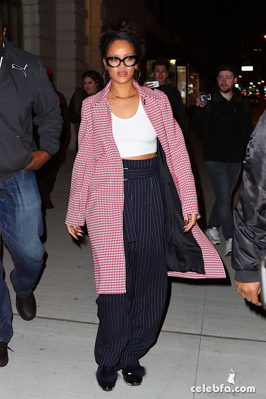 rihanna-arrives-at-nobu-restaurant-in-new-york (4)