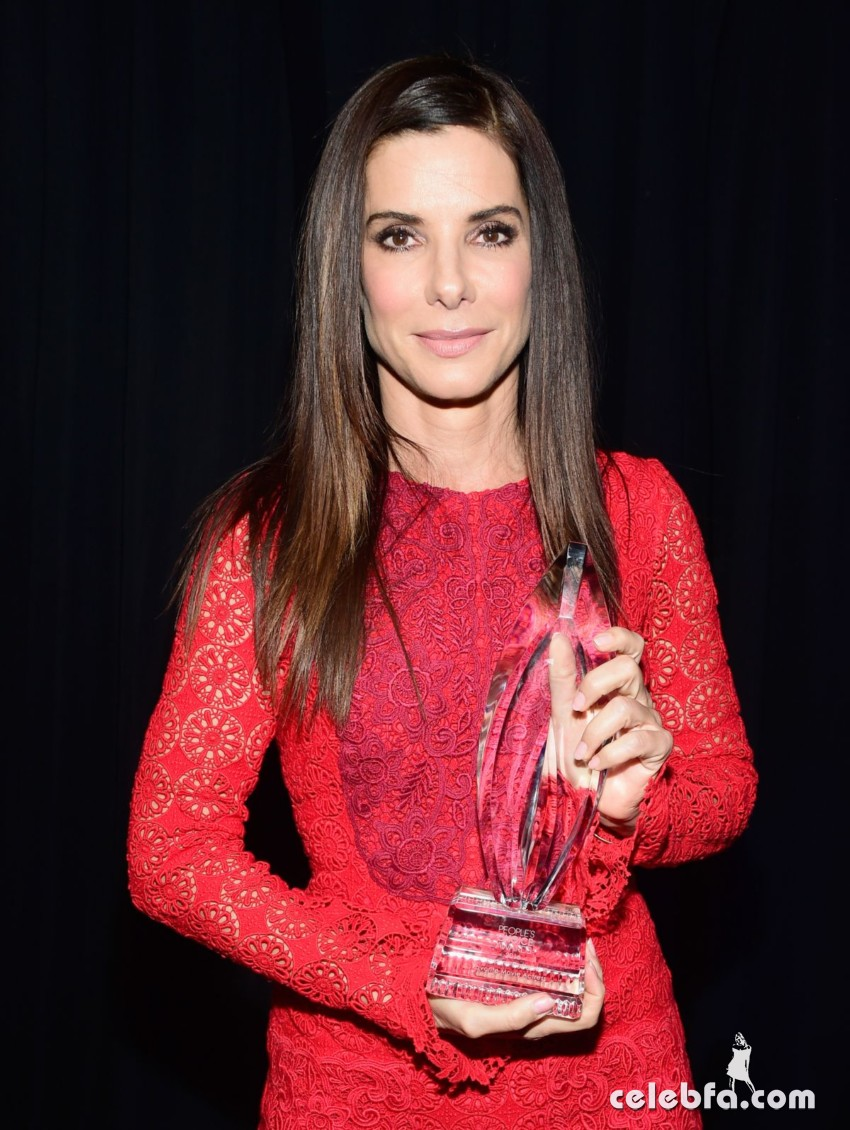 sandra-bullock-at-2016-people-s-choice-awards-in-los-angeles-01-06-2016_3