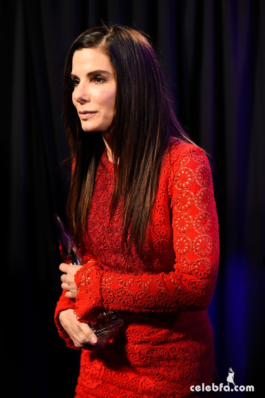 sandra-bullock-at-2016-people-s-choice-awards-in-los-angeles-01-06-2016_7