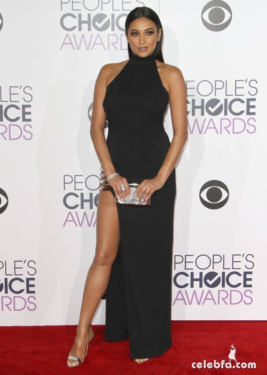 shay-mitchell-at-2016-people-s-choice-awards-in-los-angeles (1)