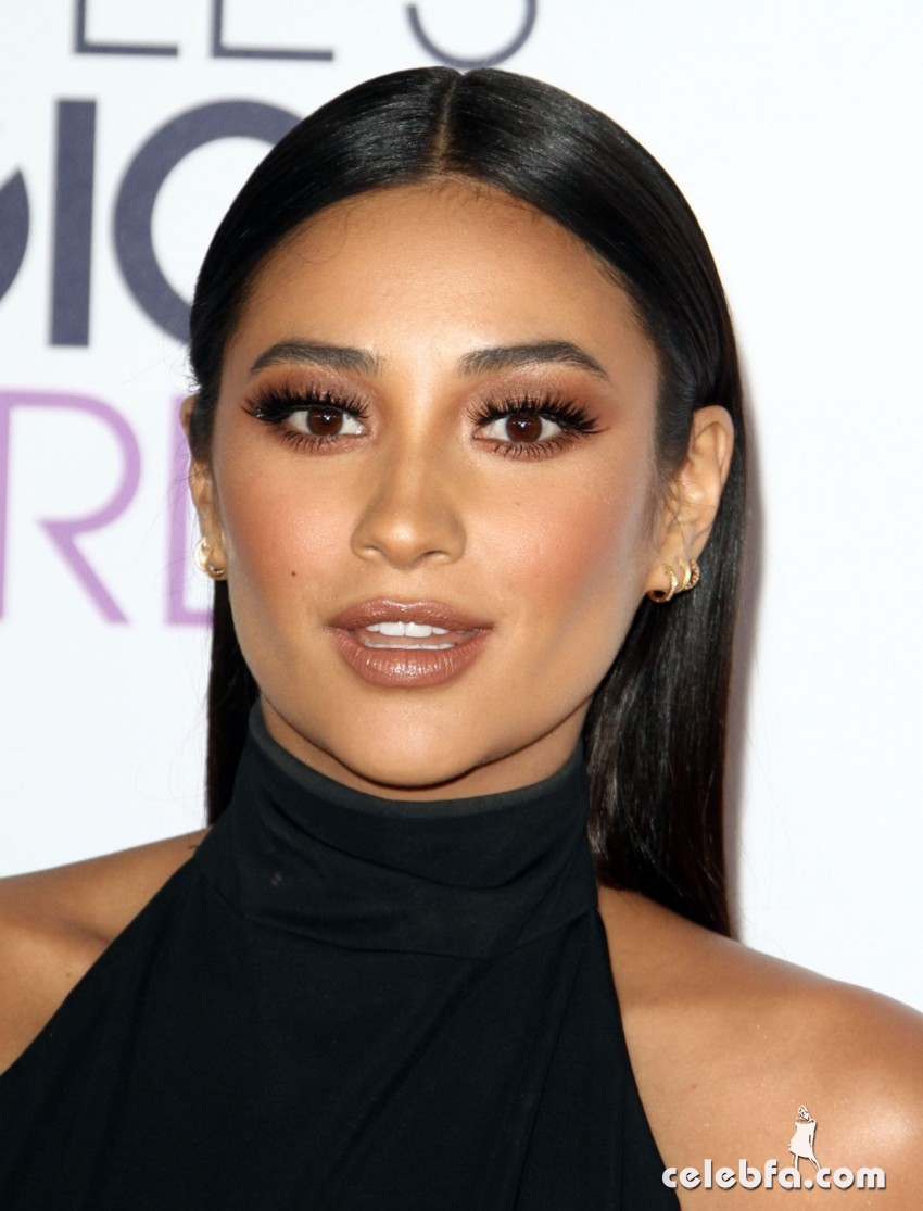shay-mitchell-at-2016-people-s-choice-awards-in-los-angeles (3)
