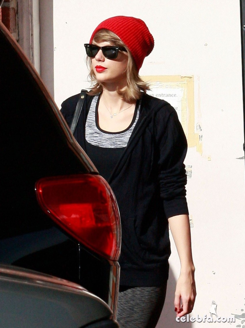 taylor-swift-heading-to-a-gym-in-west-hollywood (2)