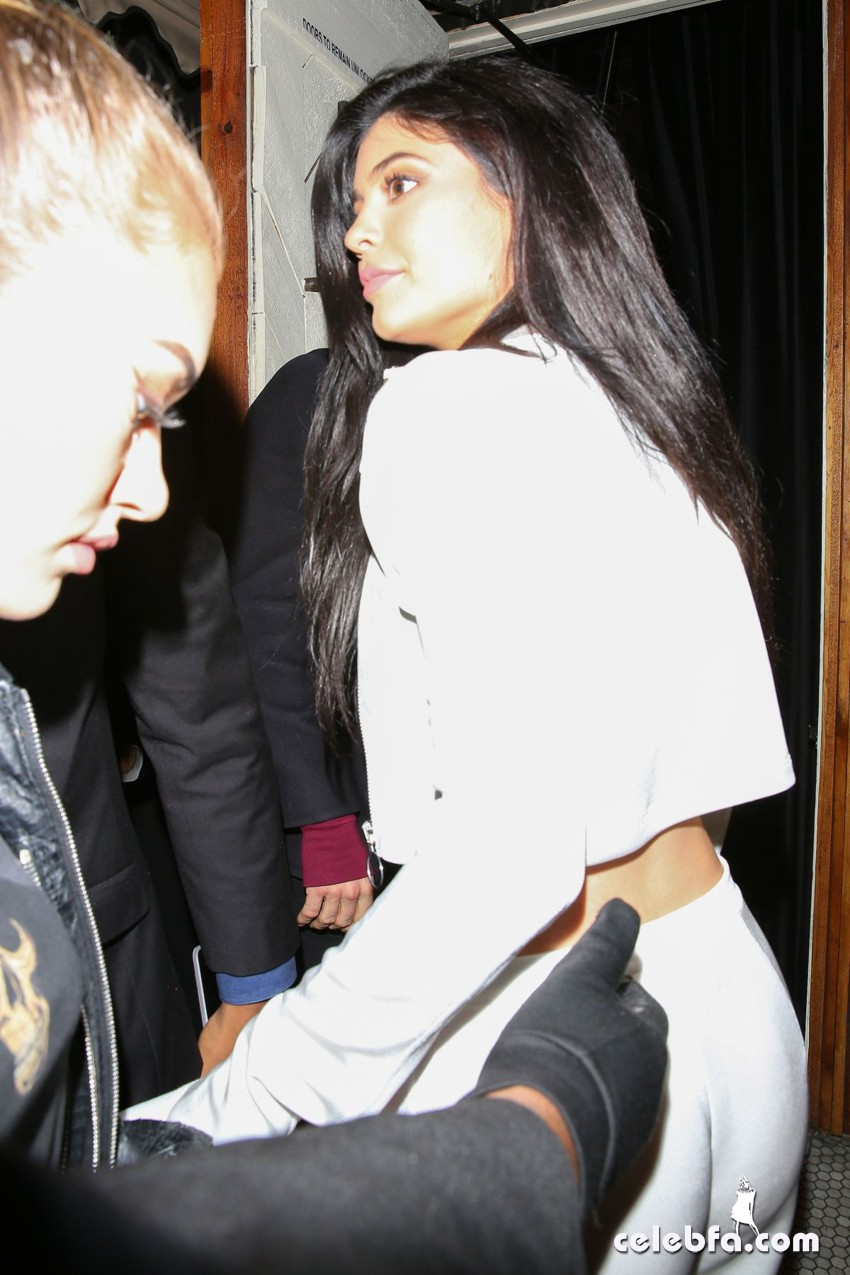 kylie-jenner-at-gigi-hadid-s-21st-birthday-party-in-west-hollywood (3)