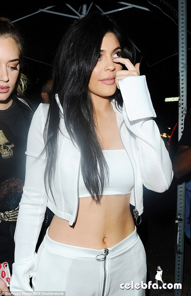kylie-jenner-at-gigi-hadid-s-21st-birthday-party-in-west-hollywood (5)