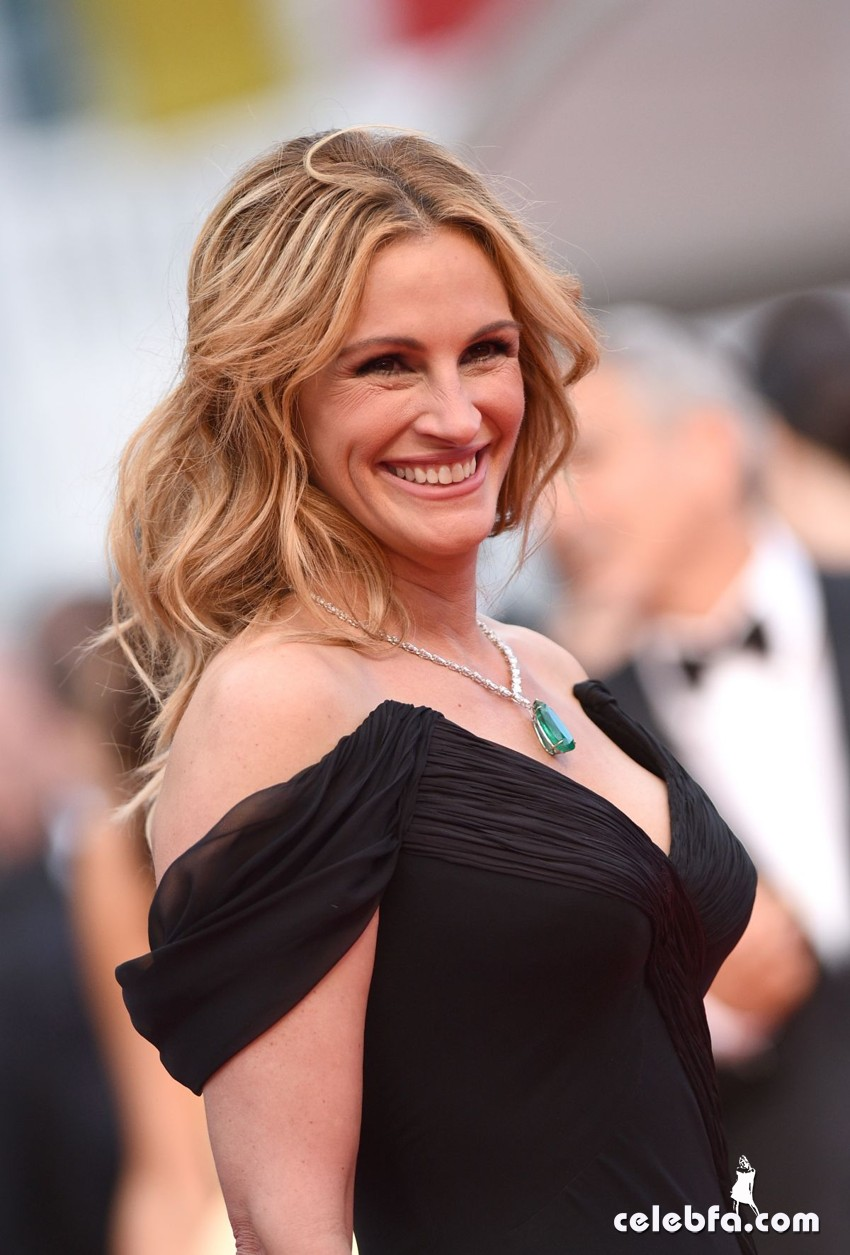 julia-roberts-at-money-monster-premiere-at-69th-annual-cannes-film-festival (2)