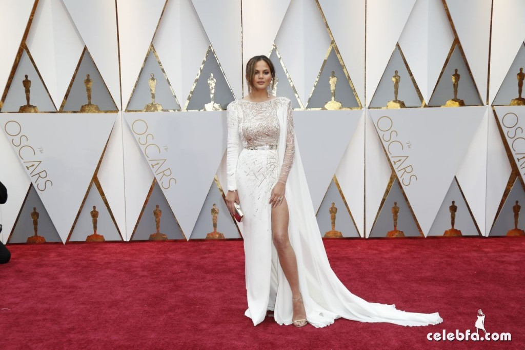 chrissy-teigen-oscars-2017-red-carpet-4